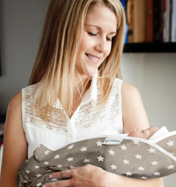 Snugglebundl Tragetuch auf dem Arm mit Mutter